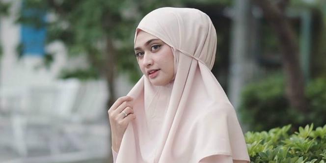 Masih Gunakan Jilbab Bergo, Selebgram Ini Tetap Fashionable dan stylis