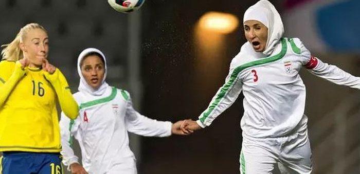 Hijab Terlepas saat Pertandingan Sepak Bola Wanita Pemain  Ini 'Dilindungi' 5 Lawannya