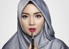 Aneka Warna Lipstik yang Akan Membuat Penampilan Hijaber Lebih Bold