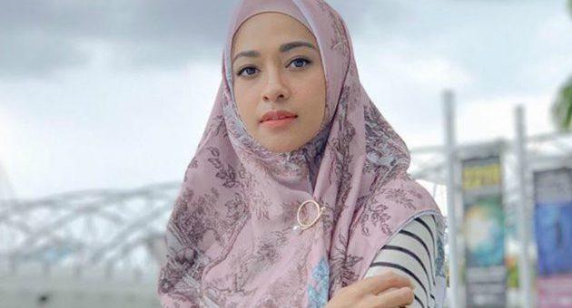 Model Gaya Hijab Kasual Poppy Bunga Memakai Outfit Hijab