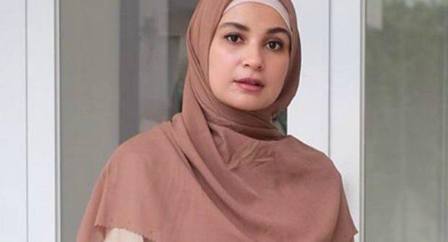 Model Outfit Ramadhan pakai Tunik dan Rok Plisket by Shireen Sungkar