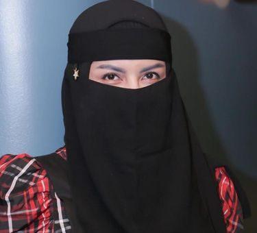 Five Vi, Dulu Seksi Sekarang Bertekad Kenakan Hijab Cadar