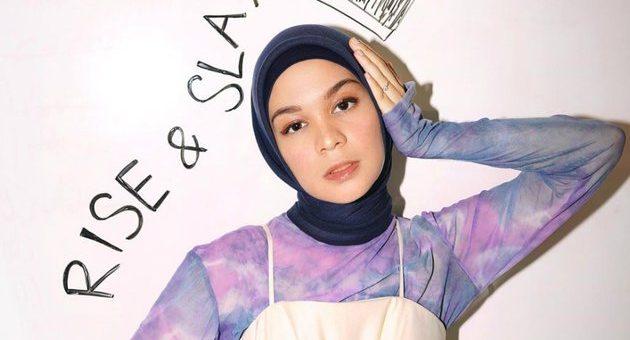 Gaya Stylish Tantri Namirah Foto Saat Nongkrong di Tukang Jepit Tabrak Motif