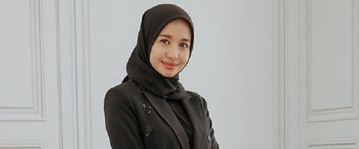 Hijab Hitam ala Laudya Cynthia Bella, Anggun Sekali!