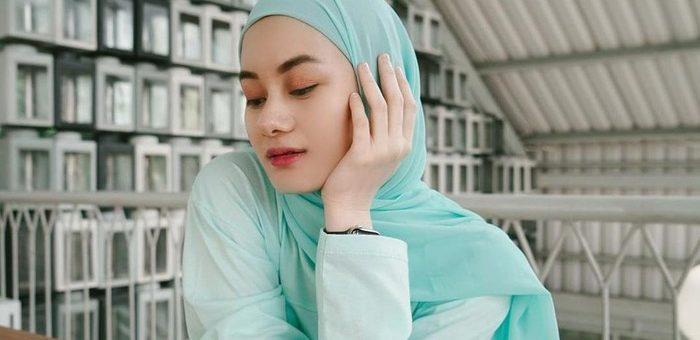 Beberapa Tips Cantik Memakai Pashmina Khas Dinda Hauw