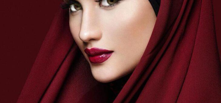 Foto Cantik Cinta Laura Memakai Hijab Merah Mirip Wanita Timur Tengah