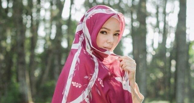 Elegan dan Anggun, Lihat 4 Gaya Hijab OOTD Cantik khas Dewi Sandra