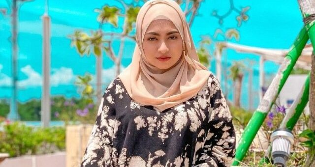Simpel dan Modis, Intip OOTD Busana Hijab khas Nathalie Holscher