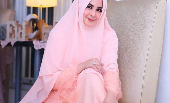 Model Gaya Busana Hijab Ala Risty Tagor, Feminin dan Colorful
