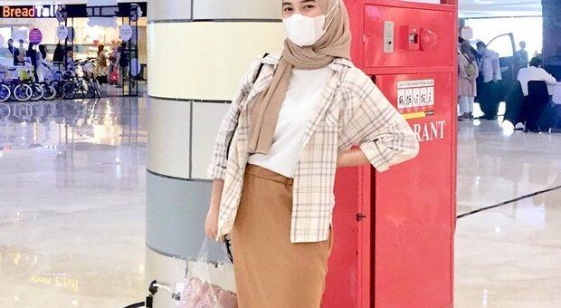 Rekomendasi OOTD Hijab Kemeja Dan Tunik Kotak-kotak Agar Tampil Stylish