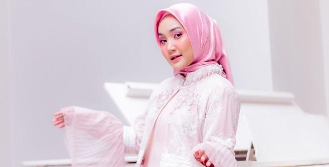 Warna Duo Lilac dan Putih Mix and Match yang Pas Ala Fatin Shidqia.